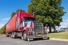 Livlig röd halv lastbil som parkeras i den lantliga staden, Australien Royaltyfria Bilder