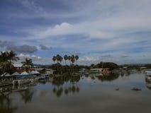 Livlig reflexion i flodvatten royaltyfria foton