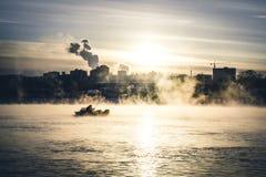 Livlig sikt av det dimmiga dammet i morgon Dramatisk och ursnygg plats Glödande filter Konstnärlig bild Tappningeffekt fotografering för bildbyråer