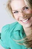 Livlig skratta blond kvinna Royaltyfri Foto