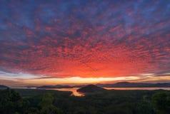 Livlig skymningsolnedgång eller soluppgång över havet och den tropiska skogen, mangroveskog Ljus dramatisk himmel Härlig himmel o arkivfoton