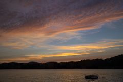 Livlig solnedgång över sjön Royaltyfri Fotografi