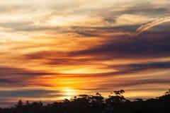 Livlig solnedgång, snöig flodbred flodmynning, Victoria, Australien arkivfoton
