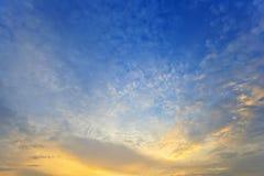 Livlig solnedgånghimmel Arkivbild