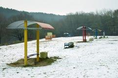 Livliga bänkar på en vinterstrand serenitet och tomhet fotografering för bildbyråer