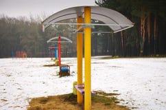 Livliga bänkar på en vinterstrand serenitet och tomhet royaltyfria foton