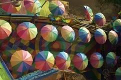 Livliga f?rgparaplyer p? f?rgrikt golv royaltyfri fotografi