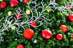 Livliga röda och guld- dekorativa bollar på julgranen Arkivfoton