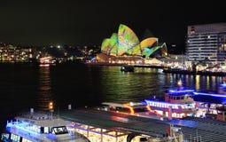 Livliga Sydney Opera House och cirkulärkajwharfs Fotografering för Bildbyråer