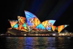 Livliga Sydney, Sydney Opera House med det färgglade fjärilsfärgpulvret Royaltyfri Foto