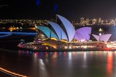 Livliga Sydney 2015: Sydney Opera House seglar tänt Fotografering för Bildbyråer