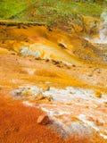 Livligt mångfärgat land i geotermiskt område arkivbild