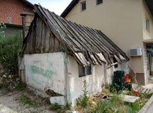 Livno/Bósnia e Herzegovina - 28 de junho de 2017: Uma casa pequena do telhado de madeira velho em Livno imagens de stock royalty free