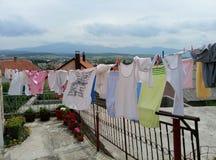 Livno/Bosnië-Herzegovina - Juni 28 2017: De wasserij droogt op een kabel dichtbij een huis Het panorama van Livno is op de achter royalty-vrije stock foto