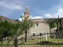 Livno/Bosnia y Herzegovina - 28 de junio de 2017: Una opinión una mezquita y un viejo musulmán cementary en Livno imagen de archivo libre de regalías