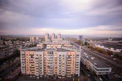 Livoberezhna& x27; bostads- byggnader för s-höghus nära tunnelbanastationen fotografering för bildbyråer