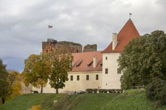 Livonia-Bestellungs-Schloss wurde mitten in dem 15. Jahrhundert errichtet Bauska Lettland im Herbst Lizenzfreie Stockfotos