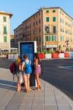Livorno Italien - Juli 01, 2016: oidentifierade unga kvinnor på en digital information stiger ombord i Livorno Livorno är en hamn Arkivfoto