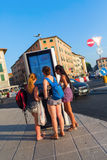 Livorno Italien - Juli 01, 2016: oidentifierade unga kvinnor på en digital information stiger ombord i Livorno Livorno är en hamn Arkivbilder