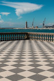 Livorno& x27;s Mascagni大阳台、灯塔和起重机在背景中 免版税库存图片
