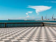 Livorno& x27;s Mascagni大阳台、灯塔和起重机在背景中 库存照片