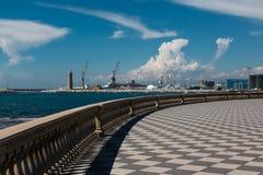 Livorno& x27;s Mascagni大阳台、造船厂和起重机在背景中, 免版税库存照片