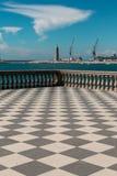 Livorno& x27 ; terrasse, phare et grues de s Mascagni à l'arrière-plan Images libres de droits