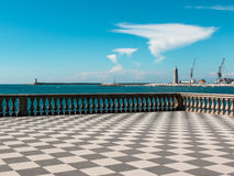 Livorno& x27 ; terrasse, phare et grues de s Mascagni à l'arrière-plan Photos stock