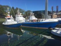 Livräddningsbåtar refelect i vatten arkivfoton