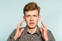 Livrädd chockad alarmerad mannödlägesinnesrörelse arkivfoto