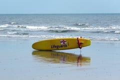 Livräddare förkroppsligar brädet på stranden på Bridlington UK Royaltyfri Bild