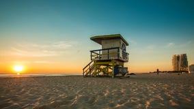 Livräddare Hut i den södra stranden under soluppgång, Miami stock video