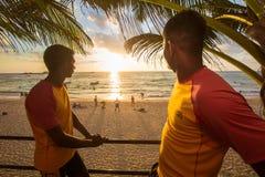 Livräddare på en arbetsuppgift på stranden av Sri Lanka royaltyfri bild