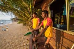 Livräddare på en arbetsuppgift på stranden av Sri Lanka arkivfoto