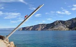 Livräddare på en trästege som håller ögonen på havet Arkivfoton