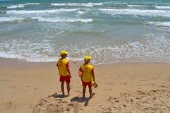 Livräddare på stranden Arkivbilder