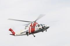Sökande och räddningsaktionSAR-helikopter Arkivbild