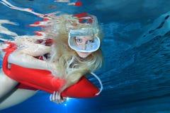 Livräddare som är undervattens- i pölen Arkivbild