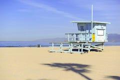 Livräddare Stand i sanden, Venedig strand, Kalifornien Arkivbilder
