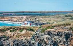 Livräddare Station på den Gwithian stranden royaltyfri bild