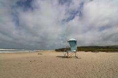 Livräddare Station på en tom strand, Kalifornien kust royaltyfria bilder