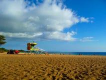 Livräddarebås på avskiljare Fleming Beach i Maui Hawaii arkivfoton