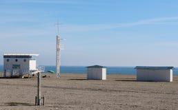 Livräddarebås på stranden arkivbild