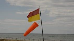 Livräddareflagga och windsock, Brighton Beach lager videofilmer
