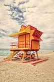 Livräddarehus på sandstranden i miami, USA Torn för räddningsaktionbaywatch i typisk art décostil Trähus på havet arkivbild