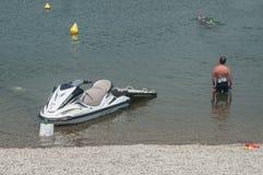 Livräddaren och strålen skidar observera i Reiningue sjön Royaltyfria Bilder
