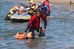 Livräddaren sparar simmaren Rescue på havet Royaltyfri Foto