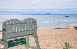 Livräddarestol på stranden Arkivbilder