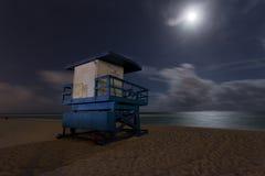 Livräddarestolpe på natten Arkivbild