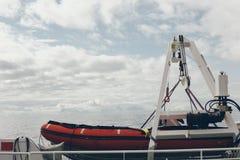 Livräddningsbåt med snöig berg i bakgrunden arkivbilder
